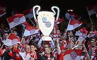FUSSBALL  CHAMPIONS LEAGUE  SAISON 2012/2013  FINALE  Borussia Dortmund - FC Bayern Muenchen         25.05.2013 Bayern Fans mit einem Papp-Champions League Pokal mit einem Bayern Wappen und einen Uli Hoeness Bild