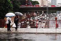 **ATENCAO EDITOR FOTO EMBARGADA PARA VEICULOS INTENARCIONAIS** SAO PAULO, SP, 02 DE FEVEREIRO DE 2013 - CLIMA TEMPO - Chuva forte nesta tarde de sexta-feira (8) complica a volta para casa do paulistano, nesta foto pessoas aguardam onibus no viaduto Mie Kim, mais conhecido como viaduto da rua da Gloria, no bairro da  Liberdade, zona cental da capital. FOTO RICARDO LOU - BRAZIL PHOTO PRESS