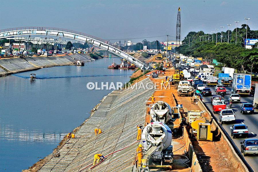 Obras de recuperação do Rio Tietê em São Paulo. 2004. Foto de Juca Martins.