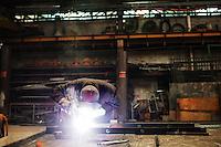 Genova: un operaio a lavoro nell'officina dell'azienda meccanica Meccar, azienda dell'indotto Fincantieri