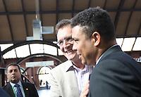 ATENCAO EDITOR FOTO AMBRAGADA PARA VEICULO INTERNACIONAL - SAO PAULO, SP, 28 NOVEMBRO 2012 - VISITA FIFA AO ITAQUERAO - Membro do Comitê Organizador Local Ronaldo  e presidente do COL no Brasil GEral Jérome Valcke, durante embarque da comitiva da Fifa de metrô da estação da Luz em São Paulo (SP), na manhã desta quarta-feira (28), com chegada à estação Corinthians/Itaquera. A comitiva da Fifa vistoria as obras da Arena Corinthians, em Itaquera, zona leste. FOTO: VANESSA CARVALHO - BRAZIL PHOTO PRESS.