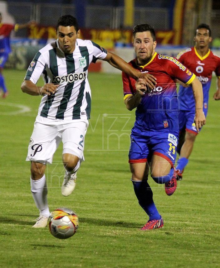 PASTO - COLOMBIA -22-02-2015: Jonnatan Gomez (Der.) jugador de Deportivo Pasto disputan el balón con Daniel Bocanegra (L) jugador del Atletico Nacional durante partido Deportivo Pasto y Atletico Nacional por la fecha 5 de la Liga Aguila I 2015, jugado en el estadio Libertad de la ciudad de Pasto.  / Jonnatan Gomez (R) players of Deportivo Pasto fights for the ball with Daniel Bocanegra (L) player of Atletico Nacional during a match Deportivo Pasto and Atletico Nacional for the date 5 of the Liga Aguila I 2015 at the Libertad stadium in Pasto city. Photo: VizzorImage  / Leonardo Castro / Str.