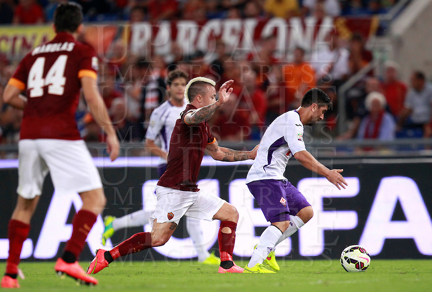 Calcio, Serie A: Roma vs Fiorentina. Roma, stadio Olimpico, 30 agosto 2014.<br /> Fiorentina midfielder David Pizarro, of Chile, right, is challenged by Roma midfielder Radja Nainggolan, of Belgium, during the Italian Serie A football match between AS Roma and Fiorentina at Rome's Olympic stadium, 30 August 2014.<br /> UPDATE IMAGES PRESS/Isabella Bonotto