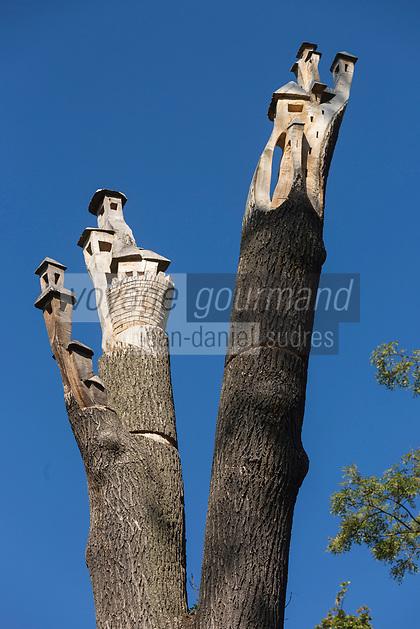 Europe, France, 75012, Paris: Sculptures du bois de Vincennes: Photo de l'arbre avec la chouette et les petites maisons pour les oiseaux à son sommet sur la route Aimable,