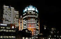 Nederland Den Haag 2015 11 23. Het Wijnhavenkwartier in Den haag bij avond. In het Wijnhavenkwartier staan oa de Muzentoren, bankgebouwen en 2 kantoortorens van 140 meter hoog, die het nieuwe onderkomen zijn voor de ministeries van Justitie en Veiligheid en van Binnenlandse Zaken en Koninkrijksrelaties.  Foto Berlinda van Dam / Hollandse Hoogte
