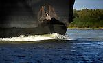 ZALTBOMMEL - Een boeg van een binnenvaartschip snijdt als een mes door de boter van het water van de rivier. COPYRIGHT TON BORSBOOM