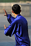 Asie, Chine, Shanghai, gymnastique tai chi du matin sur le Bund (taijiquan)//Asia, China, Shanghai, early morning tai chi exercises on the Bund (taijiquan)