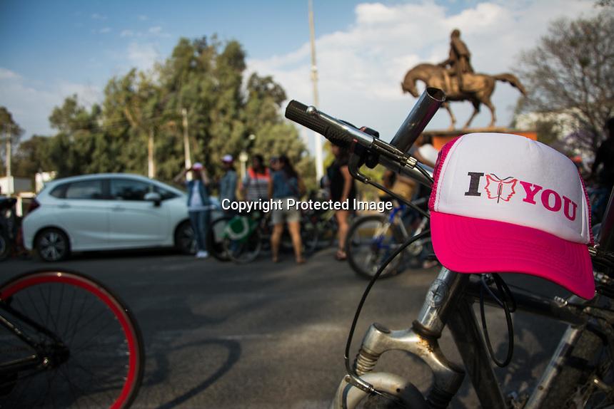 Quer&eacute;taro, Qro. 11 de marzo de 2016.- Rodada de &quot;Mujeres en bici&quot; para conmemorar el d&iacute;a de la mujer. El paseo en bicicleta cont&oacute; con la asistencia de alrededor de 120 ciclistas quienes se reunieron para celebrar el derecho de las mujeres a pasear en bicicleta de la manera que gusten, algunas de las asistentes fueren de vestido y tacones para demostrar que sus habilidades en el manubrio no dependen de que lleven puesto. Durante el evento tambi&eacute;n hubo din&aacute;micas y rifas con las que los amantes de la bicicleta ganaron premios para seguir rodando. &nbsp;&nbsp;<br /> <br /> Foto: Axel Rosas.