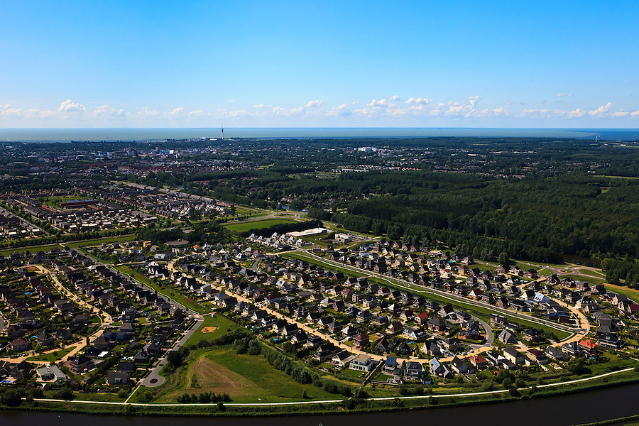 Nederland, Flevoland, Lelystad, 30-06-2011;.Nieuwbouwwoonwijk van Lelystad met aan de horizon het IJsselmeer/Markermeer. New housing and residential area of Lelystad, in the back the IJsselmeer.. luchtfoto (toeslag), aerial photo (additional fee required).copyright foto/photo Siebe Swart