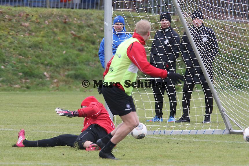 Sebastian Rode (Eintracht) erzielt ein Tor gegen Aykut Özer