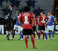 BOGOTA - COLOMBIA - 19-02-2013: Marlon Escalante (Izq.), árbitro, muesta tarjeta roja  a Román Torres  de Millonarios (2Izq.) durante  partido Millonarios de Colombia y Tijuana de México, en el estadio Nemesio Camacho El Campín de la ciudad de Bogotá, partido por el grupo 5 de la Copa Libertadores 2013, febrero 19 de 2013.  (Foto: VizzorImage / Luis Ramírez / Staff).  Marlon Escalante (L), referee, show red card to Román Torres (2L) of Millonarios, during the match between Millonarios de Colombia and Tijuana from Mexico, at the Nemesio Camacho El Campin Stadium in Bogota, match for the group 5 of the Libertadores Cup 2013, February 19, 2013. (Photo: VizzorImage / Luis Ramirez / Staff)..