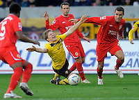 Fussball, 2. Bundesliga, Saison 2011/12, SG Dynamo Dresden - FC Energie Cottbus, Sonntag (11.12.11), gluecksgas Stadion, Dresden. Dresdens Florian Jungwirth (li.) gegen den Cottbuser John Adam Straith.