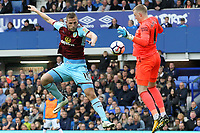 Chris Wood of Burnley and Jordan Pickford of Everton during the Premier League match between Everton and Burnley at Goodison Park on October 1st 2017 in Liverpool, England.<br /> Calcio Everton - Burnley Premier League <br /> Foto Phcimages/Panoramic/insidefoto