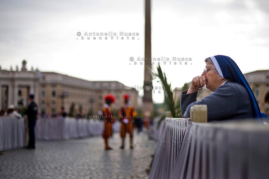 Città del Vaticano, 13 Aprile, 2014. Una suora prega in Piazza San Pietro durante la messa della Domenica delle Palme. A nun praying at St. Peter's Square during the Palm Sunday Mass.