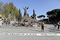"""Roma, 29 Ottobre 2011.Piazza San Giovanni.Gli accampati di Piazza Santa Croce in Gerusalemme si trasferiscono per un pic-nic a  San Giovanni per """"riprendersi"""" la Piazza dopo il 15 Ottobre"""