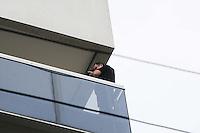 SAO PAULO SP, 06 MARCO 2013 - MORTE CANTOR CHORAO - Peritos trabalham no apartamento do músico Chorão em Pinheiros, na zona oeste de São Paulo. Vocalista e líder da banda de rock santista, Charlie Brown Jr, Chorão foi encontrado morto nesta madrugada, 6, em Pinheiros, na zona oeste de São Paulo.(FOTO: ADRIANO LIMA / BRAZIL PHOTO PRESS).