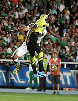 CALI- COLOMBIA -22 -01-2014: Andres Perez (Izq.) jugador de Deportivo Cali disputa el balón con Orlando Berrio (Der.) jugador del Atletico Nacional en durante partido de ida por la Super Liga 2014, jugado en el estadio Pascual Guerrero de la ciudad de Cali. / Andres Perez  (L) player of Deportivo Cali vies for the ball with Orlando Berrio (R) player of Atletico Nacional during a match for the first leg of the Super Liga 2014 at the Pascual Guerrero Stadium in Cali city. Photo: VizzorImage  / Luis Ramirez / Staff.