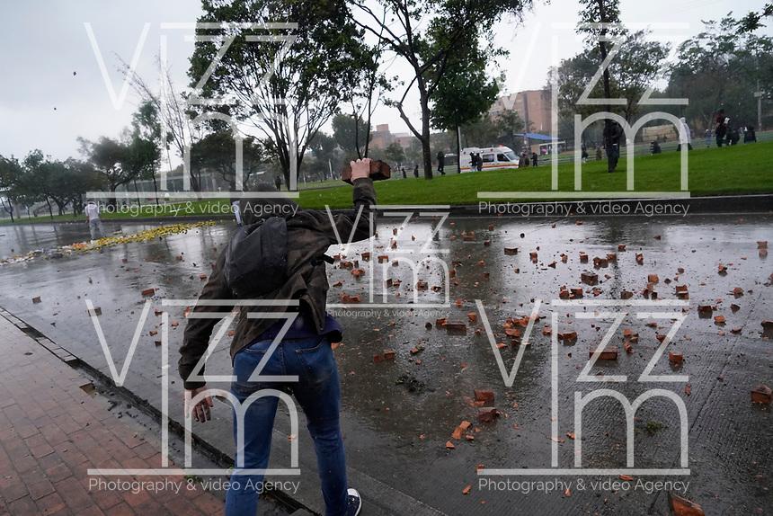 BOGOTA - COLOMBIA, 21-11-2019: Desordenes causados por delincuentes mientras miles de manifestantes salieron a las calles de Bogotá para unirse a la jornada de paro Nacional en Colombia hoy, 21 de noviembre de 2019. La jornada Nacional es convocada para rechazar el mal gobierno y las decisiones que vulneran los derechos de los Colombianos. / Disorders caused by criminals while thousands of protesters took to the streets of Bogota to join the National Strike day in Colombia today, November 21, 2019. The National Strike is convened to reject bad government and decisions that violate the rights of Colombians. Photo: VizzorImage / Diego Cuevas / Cont