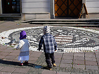 Kinder jagen Tauben vor Rathaus am nam.SNP  in Banska Bystrica, Banskobystricky kraj, Slowakei, Europa<br /> children chasing pidgeons at Town hall nam. SNP in Banska Bystrica, Banskobystricky kraj, Slovakia, Europe