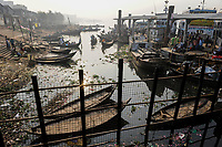 BANGLADESH Dhaka, wooden boats at ferry ship terminal Sadarghat at Buriganga river / BANGLADESCH Dhaka , Holzboote am Faehrschiff Terminal Sadarghat am Buriganga Fluss