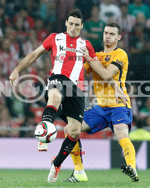 Athletic de Bilbao's Aritz Aduriz (l) and FC Barcelona's Thomas Vermaelen during Supercup of Spain 1st match.August 14,2015. (ALTERPHOTOS/Acero)