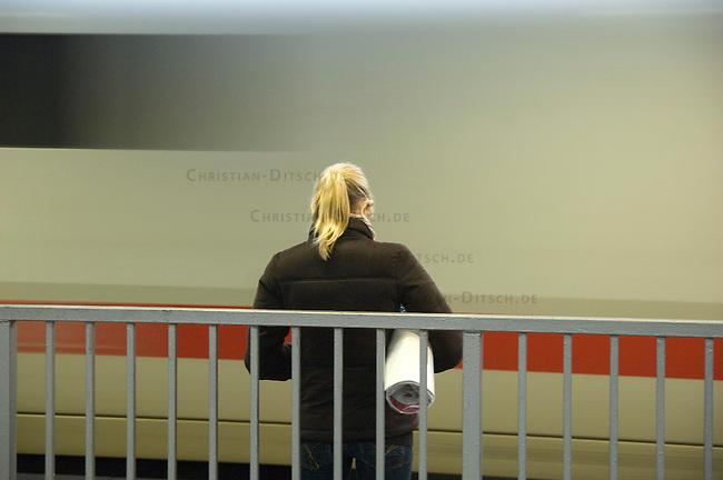 Eine Reisende wartet in Muehlheim auf seinen Zug.<br />22.2.2009, Muehlheim<br />Copyright: Christian-Ditsch.de<br />[Inhaltsveraendernde Manipulation des Fotos nur nach ausdruecklicher Genehmigung des Fotografen. Vereinbarungen ueber Abtretung von Persoenlichkeitsrechten/Model Release der abgebildeten Person/Personen liegen nicht vor. NO MODEL RELEASE! Don't publish without copyright Christian Ditsch/version-foto.de, Veroeffentlichung nur mit Fotografennennung, sowie gegen Honorar, MwSt. und Beleg. Konto: Konto: I N G - D i B a, IBAN DE58500105175400192269, BIC INGDDEFFXXX, Kontakt: post@christian-ditsch.de Urhebervermerk wird gemaess Paragraph 13 UHG verlangt.]