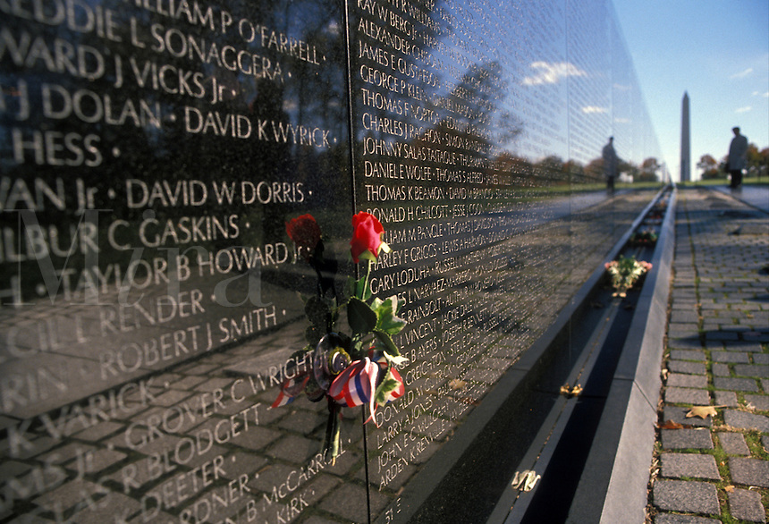 AJ2273, Vietnam Veterans Memorial Wall, Washington, DC, District of Columbia, Couple looking at names of loved ones who died in the Vietnam war on the V-shaped black granite wall of the Vietnam Veterans Memorial in Washington, D.C.