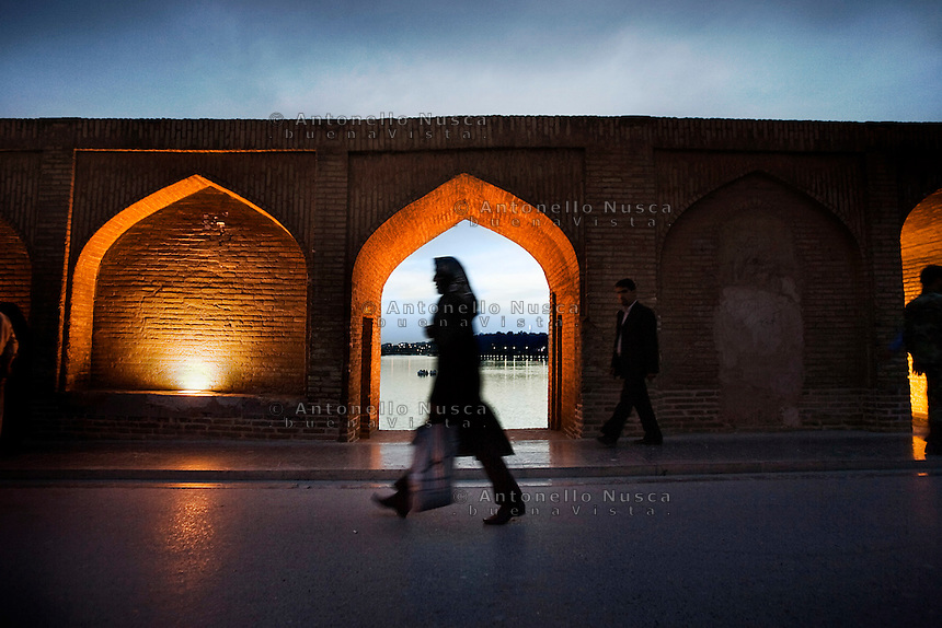 Una donna cammina sul ponte Si-o-Seh Pol nella cittadina di isfahan. A woman walks at the Si-o-Seh Pol bridge (Bridge of 33 Arches) in Isfahan.