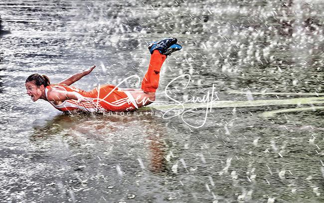 MONCHENGLADBACH  -  27-08-2011.  Vreugde bij topscorer Kim Lammers , zaterdag na de gewonnen  finale bij de Europese Kampioenschappen hockey vrouwen  tussen Nederland en Duitsland (3-0), in het Duitse Monchengladbach. FOTO KOEN SUYK   Ramplaan 9a 2015GR Haarlem 0653427677