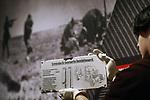Foto: VidiPhoto<br /> <br /> GROESBEEK &ndash; Medewerkers van het Nationaal Bevrijdingsmuseum in Groesbeek leggen maandag de laatste hand aan de expositie &ldquo;De SS, veelzijdig extremisme&rdquo; die dinsdag officieel wordt geopend. De SS was tijdens de Tweede Wereldoorlog verantwoordelijk voor het vermoorden van 6 miljoen joden. Het Centrum Informatie en Documentatie Isra&euml;l (CIDI) heeft stevige kritiek op de tenstoonstelling omdat het Bevrijdingsmuseum spreekt van &ldquo;de andere kant van de SS&rdquo; en &ldquo;de Waffen-SS was een van de meest multiculturele organisaties ter wereld.&rdquo; Daarmee zou gesuggereerd worden dat er ook een niet zo erge kant aan de SS is. Het museum noemt de kritiek flauwekul. &ldquo;Dat de SS multicultureel was doordat de soldaten uit meer dan 30 landen afkomstig waren, is geen waardeoordeel, maar een droge constatering. Weinig mensen weten weten dat de SS ook fabrieken hadden waar porcelein werd gemaakt of dat ze hun rassenleer probeerden te onderbouwen met archeologische expedities. De expositie toont bijzondere topstukken, die in bruikleen zijn van Nederlandse en Duitse musea. Woordvoerder drs. Jory Brentjens van het museum is niet bang dat de expositie ook &lsquo;foute&rsquo; bezoekers aantrekt. &ldquo;Iedereen is van harte welkom, mits ze zich gedragen. Als er bijvoorbeeld de Hitlergroet wordt gebracht, dan grijpen we in.&rdquo; De tentoonstelling is te zien tot en met 15 april 2018. Foto: Het enige nog overgebleven tastbare bewijs van de eerste rijdende gaskamer.
