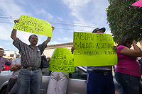 San Juan del R&iacute;o, Qro. 23 junio 2017.- Un grupo de empleados y ex empleados, junto con algunos colonos de Granjas Banthi, se manifestaron frente una estaci&oacute;n de radio, donde supuestamente acudir&iacute;a Fabi&aacute;n Pineda Morales, ex presidente municipal.<br /> <br /> La dirigente sindical M&oacute;nica Rodr&iacute;guez encabez&oacute; el movimiento y asegur&oacute; que seguir&aacute;n al ex alcalde a cualquier actividad a la que asista.<br /> <br /> En el lugar tambi&eacute;n se concentraron  un grupo de colaboradores cercanos a Pineda, as&iacute; como varios mandos policiacos que colaboraron durante su administraci&oacute;n.