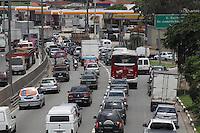 SAO PAULO,  SP, 06-12-2012, TRANSITO. A Marginal Tiete sentido Rodovia Ayrton Senna esta com transito pesado na tarde dessa Quinta-feira (6). FOTO: LUIZ GUARNIERI / BRAZIL PHOTO PRESS).