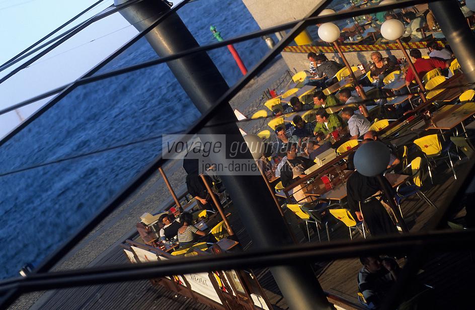 Europe/Espagne/Catalogne/Barcelone : Le port - Mare Magnum - Bar à tapas en reflet dans l'architecture de Helio Pinon