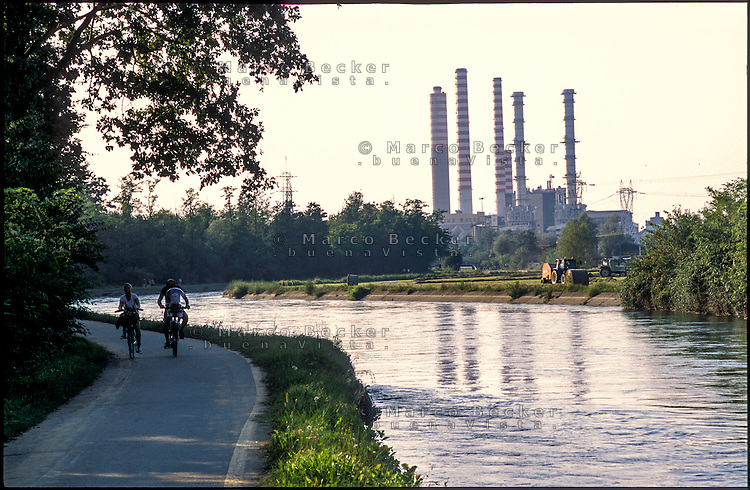 Turbigo (Milano), le ciminiere della centrale termoelettrica e il Naviglio Grande affiancato dalla pista ciclabile --- Turbigo (Milan), chimneys of the thermoelectric power plant and the Naviglio Grande canal with the bicycle path on the side