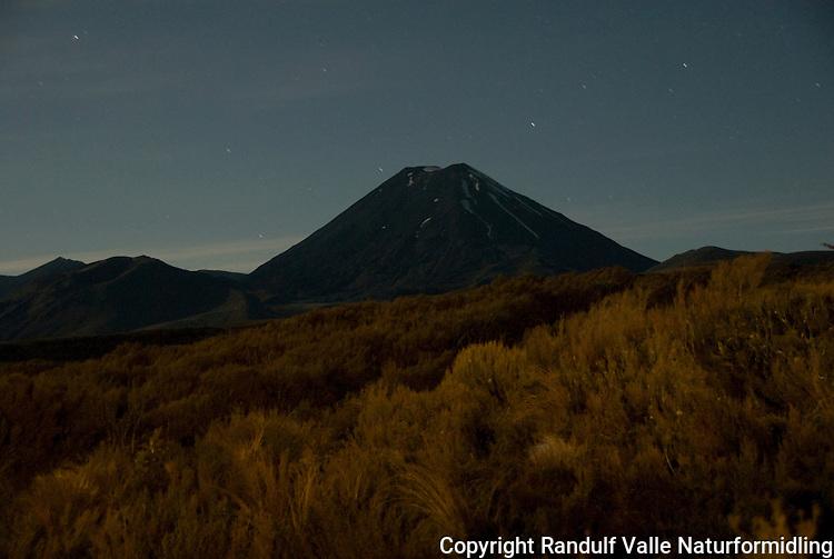 Natt over Mt Ngauruhoe ---- Mt Ngauruhoe by night