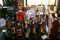 Una statuetta in legno di Pinocchio in un negozio a Collodi.