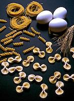 Macarrão cru e ovos. Foto: Cynthia Brito.