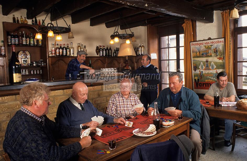 """Europe/France/Rhône-Alpes/69/Rhône/Pouilly-le-Monial: Buveurs de Beaujolais au restaurant """"La Forge""""<br /> PHOTO D'ARCHIVES // ARCHIVAL IMAGES<br /> FRANCE 1980"""