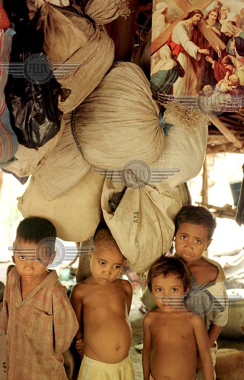 © Jan Banning / Panos Pictures.Feb. 1999..Oost-Timor. ZoÕn 200 dorpelingen uit Turiscai en Same zijn gevlucht voor de pro-Indonesische militieterreur, en bivakkeren nu in Mota-Ulun, een buitenwijk van Dili. Vluchtelingen...East-Timor. Around 200 villagers from Turiscai and Same, having fled from pro-integration militia terror, have found shelter in the Dili suburb of Mota-Ulun.