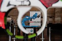 """SAO PAULO, SP, 21 AGOSTO 2012 - EXPOSICAO ARMA ATADA -  Exposição de armas da série """"Arma Atada"""", criada por Carl F. Reutersward, parte do """"Circuito Brasil de Exposições – Futebol pela Paz"""" que integra a Campanha Mundial pela Paz, nesta segunda-feira (20) em frente a Prefeitura de São Paulo (SP). As réplicas expostas aos brasileiros são customizadas por vários artistas, designers, criadores e celebridades, como o apresentador Cazé Peçanha, e o músico Derrick Green, da banda Sepultura. (FOTO: AMAURI NEHN / BRAZIL PHOTO PRESS)."""