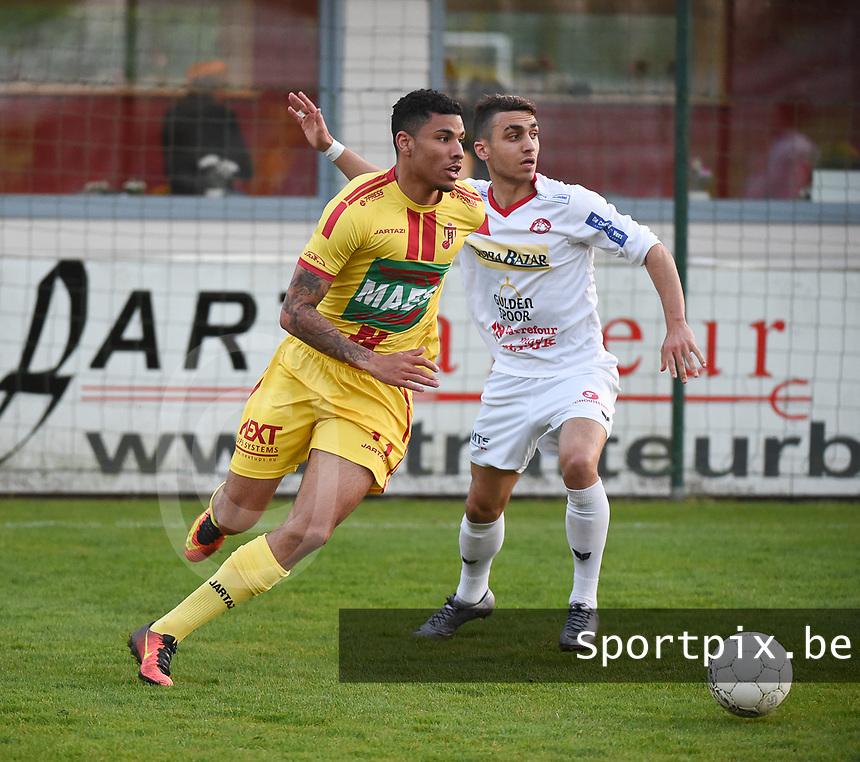 FC GULLEGEM - SV BORNEM :<br /> Kabba-Modou Cham (L) gaat voorbij Mehdi Oumedjeber (R)<br /> <br /> Foto VDB / Bart Vandenbroucke