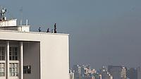 """SAO PAULO, SP, 20 JULHO 2012 - EXPOSICAO CORPOS PRESENTES - Operarios comecam retirar obras do artista britânico Antony Gormley que trouxe a cidade a exposição """"Corpos Presentes"""", que levou para o topo de prédios na região do Vale do Anhangabaú, no Centro de São Paulo, algumas das 31 estátuas de homens em tamanho natural, encerrada no ultimo domingo (15). Diversas estátuas também foram expostas no Centro Cultural Banco do Brasil (CCBB) e em ruas do entorno. (FOTO: VANESSA CARVALHO / BRAZIL PHOTO PRESS)."""