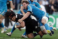 Rugby: test match Italia vs Nuova Zelanda. Roma, stadio Olimpico, 17 novembre 2012..New Zealand's Ma'a Nonu, left, is tackled by Italy's Mirco Bergamasco during an international rugby test match between Italy and New Zealand at Rome's Olympic stadium, 17 November 2012..UPDATE IMAGES PRESS/Riccardo De Luca