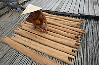 The making of honey boards or tikung in the village of Lubak Mawang. The boards are cut and then their lower surface is rubbed with wax to increase the chances of attracting the swarms.///Fabrication de planches à miel ou tikung au village de Lubak Mawang. Les planches sont taillées, puis leur surface inférieure est frottée de cire pour accroître les chances d'attirer les essaims.