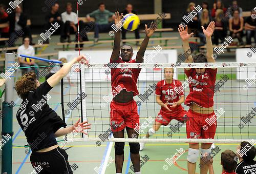 2011-10-08 / Volleybal / seizoen 2011-2012 / Puurs - Antwerpen / Bakare n Biset (r) tegenover Marcelis van Antwerpen..Foto: Mpics