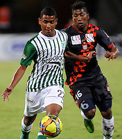 MEDELLIN - COLOMBIA-27-10-2013: Alfonso Lopez (Izq) jugador del Atletico Nacional disputa el balón con Luis Nuñez (Der.) jugador de Boyaca Chico F.C. durante partido en el estadio Atanasio Girardot de la ciudad de Medellin, octubre 27 de 2013. Atletico Nacional y Boyaca Chico F.C. durante partido por la decimosexta fecha de la de la Liga Postobon II. (Foto: VizzorImage / Luis Rios / Str).  Alfonso Lopez (L) player of Atletico Nacional vies for the ball with Luis Nuñez (R) player of Boyaca Chico F.C. during a match at the Atanasio Girardot Stadium in Medellin city, October 27, 2013. Atletico Nacional and Boyaca Chico F.C. during a match for the sixteenth round of the Postobon II League. (Photo: VizzorImage / Luis Rios / Str).