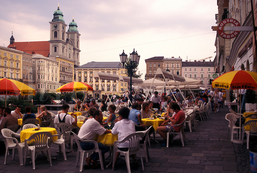 outdoor café, Linz, Austria, The Danube Valley, Oberosterreich, Outdoor café at the Hauptplatz in downtown Linz.