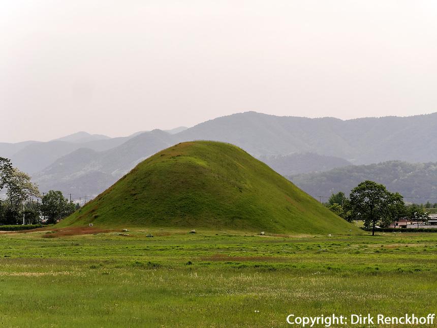 Grabh&uuml;gel im Wolseong-Park, Gyeongju, Provinz Gyeongsangbuk-do, S&uuml;dkorea, Asien, UNESCO-Weltkulturbe<br /> burial mound in Wolseong park, Gyeongju,  province Gyeongsangbuk-do, South Korea, Asia, UNESCO world-heritage