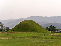 Grabh&uuml;gel im Wolseong-Park, Gyeongju, Provinz Gyeongsangbuk-do, S&uuml;dkorea, Asien, UNESCO-Weltkulturbe<br /> burial mound in Wolseong park, Gyeongju,  province Gyeongsangbuk-do, South Korea, Asia, UNESCO world-heritage