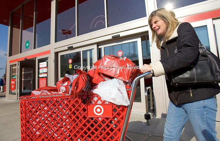WATERBURY, CT 28 November 2008-112808SV01--Liz DePalma of Southbury leaves Target with a cart full of gifts after a morning of shopping in Waterbury Friday.<br /> Steven Valenti Republican-American